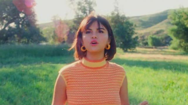 Le pull sans manche jaune à rayures orange porté par Selena Gomez dans son clip Back to you