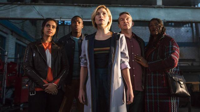 La veste longue de The Doctor (Jodie Whittaker) dans Doctor Who S11E01