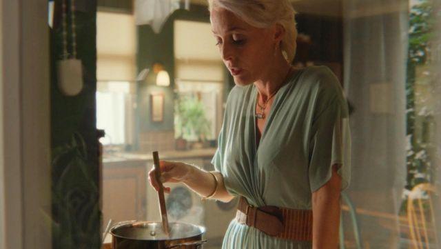 La ceinture camel de Jean Milburn (Gillian Anderson) dans Sex Education S01E04
