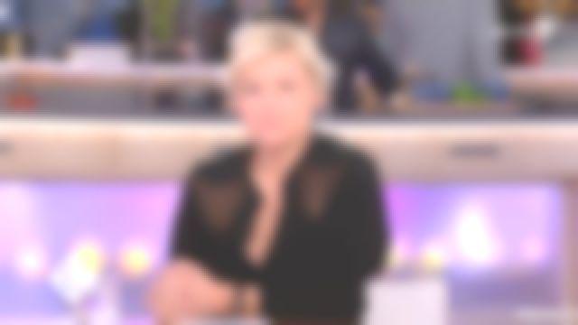 La blouse noire de Anne-Élisabeth Lemoine dans C à vous du 14/12/2018