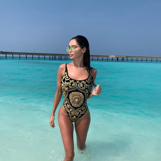 94ed6cf8c1 The one-piece bathing suit Versace of Nabilla on his account ...