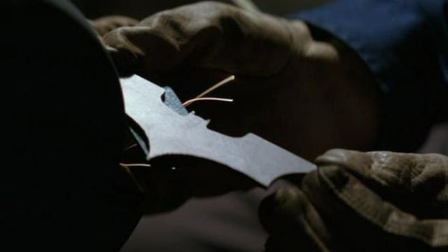La réplique du Batarang de Batman (Christian Bale) dans Batman begins