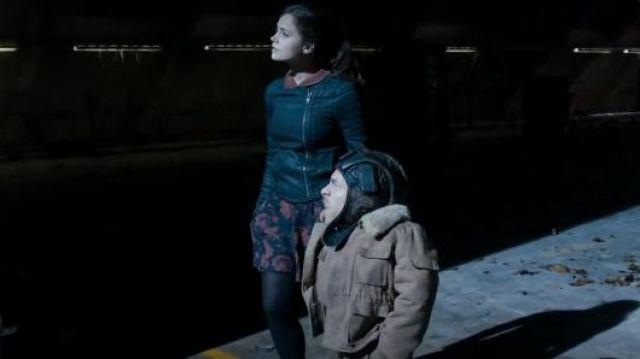 Tous les Saints Axelle veste en jean porté par Clara (Jenna Coleman) dans Doctor Who (S07E12)