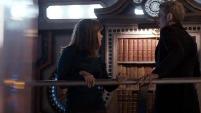 Oasis en Faux Cuir Col Cavalier porté par Clara (Jenna Coleman) dans Doctor Who (S08E03)