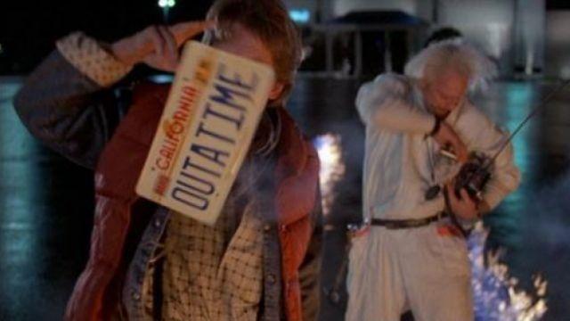 """La réplique de la plaque d'immatriculation """"Out a time"""" de la Delorean du Dr. Emmett Brown (Christopher Lloyd) dans Retour vers le futur"""