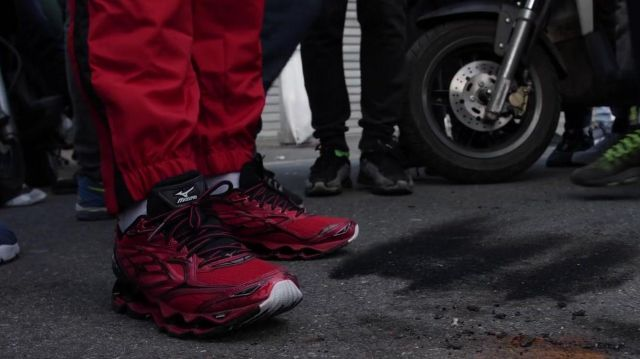 Les sneakers Mizuno rouges et noires de Maes dans son clip Sale Histoire