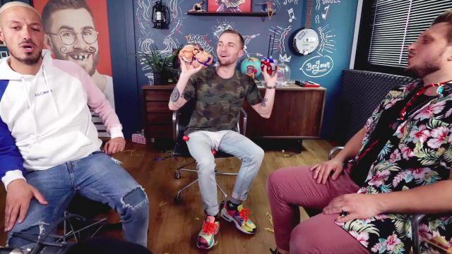 Les sneakers Nike multicolores de Squeezie dans sa vidéo YouTube ON ESSAYE DES OBJETS ÉTRANGES #4