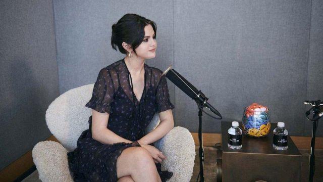L'entraîneur de rose éparpillés imprimer robe portée par Selena Gomez pour l'Entraîneur : Le Rêve Réel Podcast - Saison