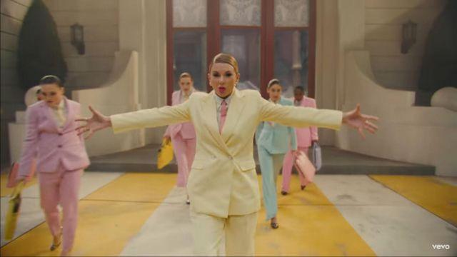Cravate Slim en rose porté par Taylor Swift dans son Moi, la musique de la vidéo