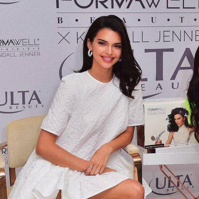 Cecilie Bahnsen Annabella surdimensionné en coton mélangé cloqué mini robe portée par Kendall Jenner à Formawell Lancement le 1er Mai 2019