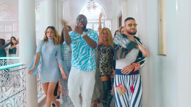 Le t-shirt zébré bleu et blanc de GIMS son clip Hola Señorita (Maria) avec Maluma