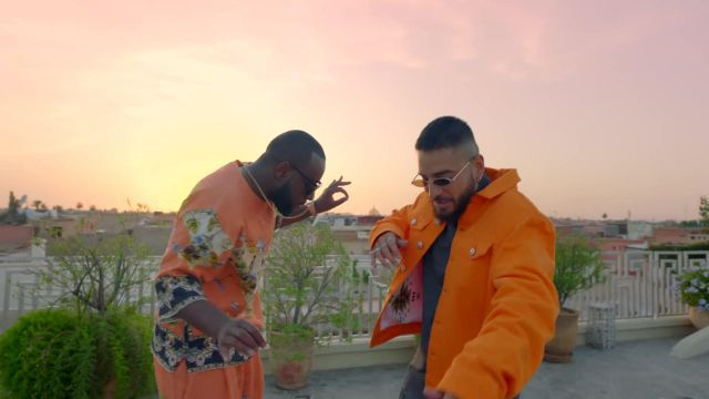 La veste orange de Maluma dans son clip Hola Señorita (Maria) avec Gims