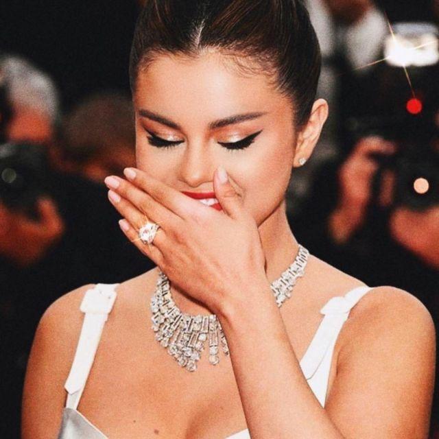 les boucles d'oreilles de Selena Gomez portées sur le tapis rouge du Festival de Cannes le 14 mai 2019