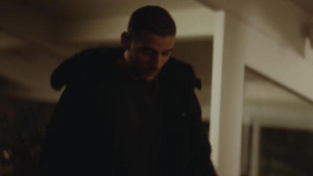 Le parka noire Helvetica portée par Sofiane dans le clip C'est mon sang de RK