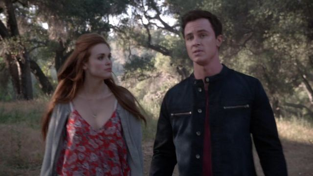 The T-shirt floral red of Lydia Martin (Holland Roden) in Teen Wolf S05E09