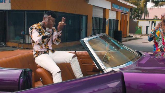 Le jean blanc avec déchirures aux genoux porté par Niska dans son clip Médicament feat. Booba