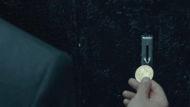 The replica of the coin of John Wick (Keanu Reeves) in John Wick