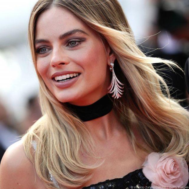 Le collier choker en velours noir porté par Margot Robbie vu le compte instagram @festivaldecannes lors du festival de Cannes 2019