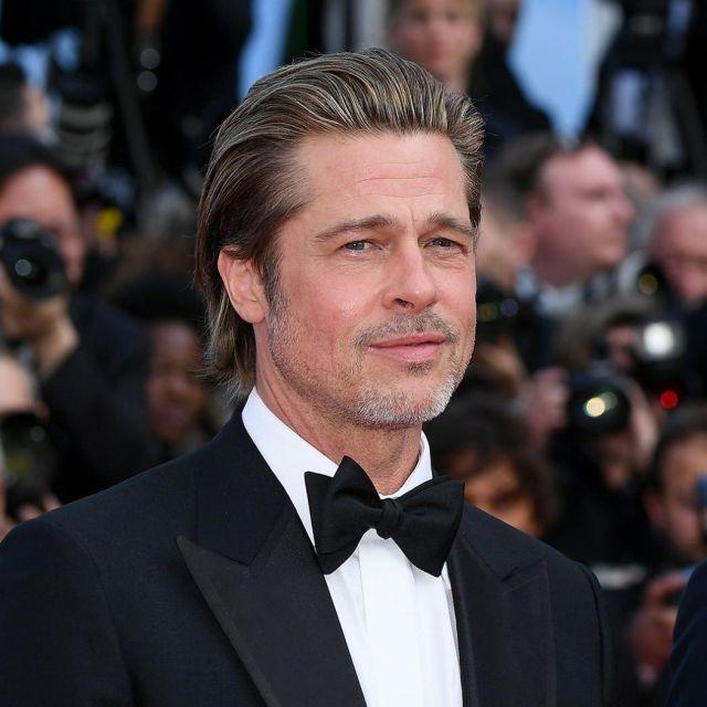 La veste de smoking noire de Brad Pitt sur le tapis rouge de la montée des marches du film de Tarantino le 21 mai 2019 au Festival de Cannes