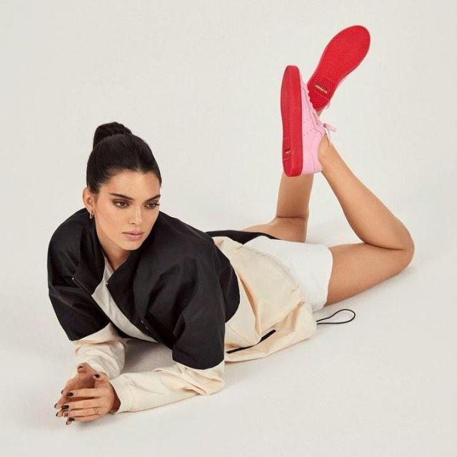 Les sneakers rose à semelle rouge Adidas portée par Kendall Jenner pour le lancement de la collection AdidasSLEEK en Mai 2019