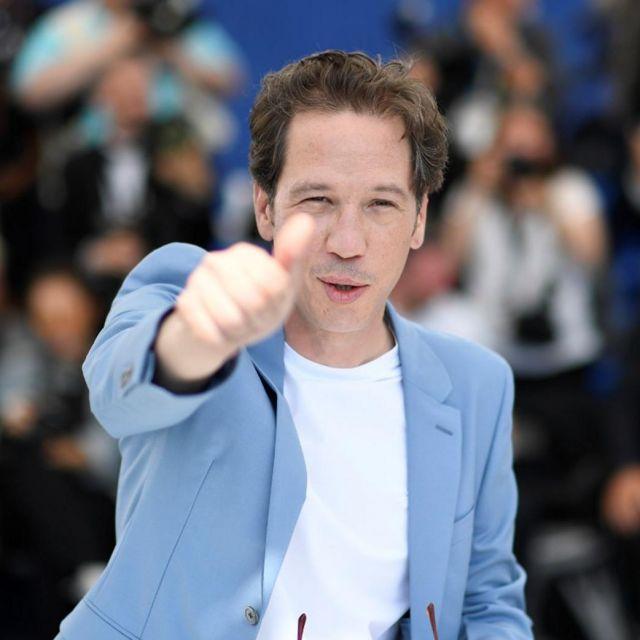 La veste de blazer bleue ciel portée par Reda Kateb sur le Photocall le 24 mai 2019 au Festival de Cannes