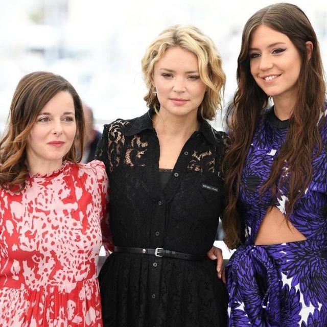 La robe en dentelle noire décolletée portée par Virginie Efira sur le Photocall de Sibyl le 24 mai 2019 au Festival de Cannes
