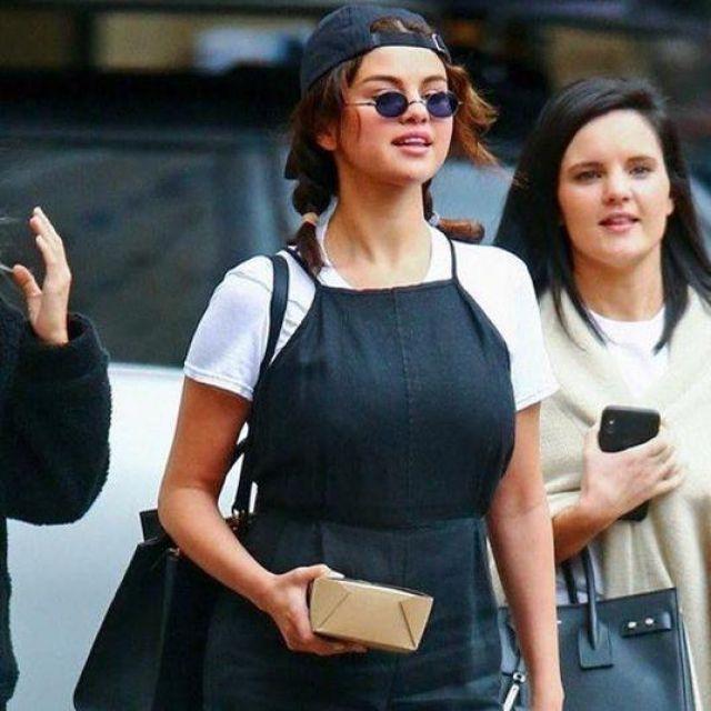 La combinaison noire à fine bretelles de Selena Gomez sur le compte Instagram de @queen_selenatt
