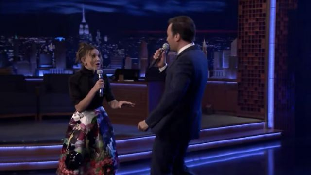 Prada Haute-cou satin logo Prada noir haut de Millie Bobby Brown sur The Tonight Show avec Jimmy Fallon 22 Mai 2019