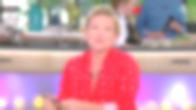 La chemise en coton col pyjama rouge de Anne-Élisabeth Lemoine dans C à vous le 28.05.2019