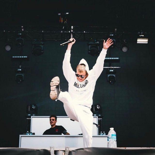 Le sweatshirt à capuche blanc Moschino porté par Vald sur son compte Instagram @valdsullyvan
