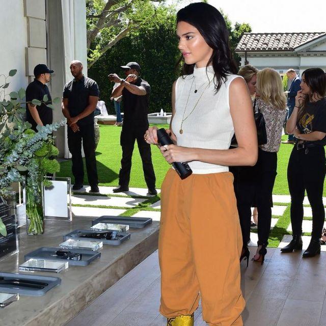 Le pantalon ocre de Kendall Jenner lors du Moon' Oral Care Collection Launch en avril 2019