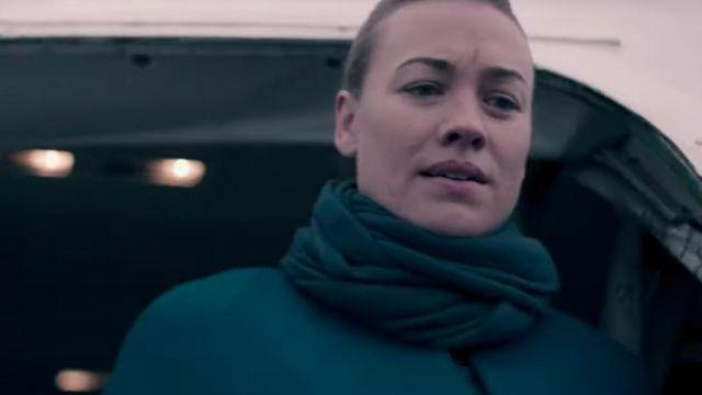 Green scarf worn by Serena Joy Waterford (Yvonne Strahovski) in The Handmaid's Tale (S03E05)