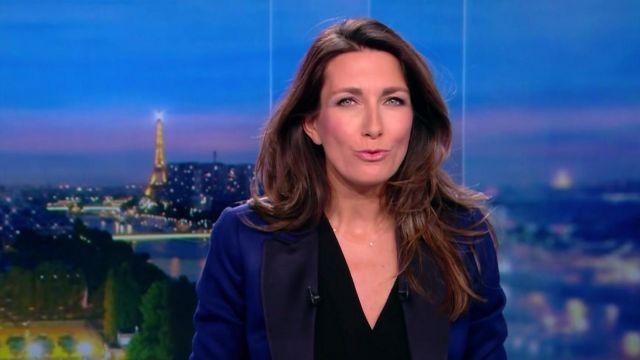 La veste de blazer bleue à revers noirs porté par Anne‑Claire Coudray dans le journal de 20 heures de TF1 du 11 Mars 2018