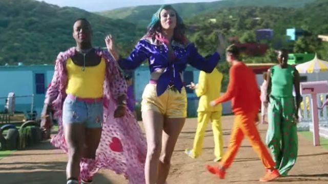 Or métallique court porté par Taylor Swift comme on le voit dans sa Vous avez Besoin Pour Calmer la musique de la vidéo