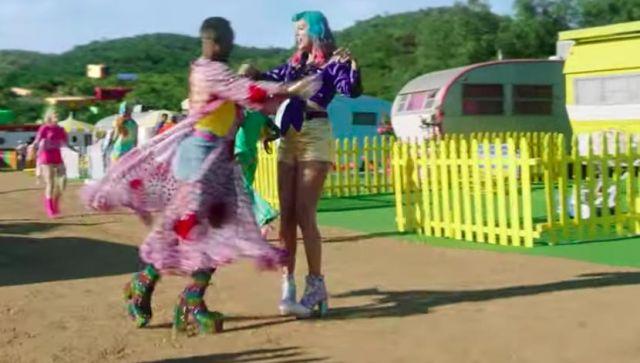 """Irrégulière Choix """"Daisy Dreams"""" Licorne des Bottes portées par Taylor Swift dans sa Vous avez Besoin Pour Calmer la musique de la vidéo"""