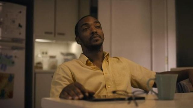 The yellow shirt of Danny (Anthony Mackie) in Black Mirror (Season 05 Episode 01)