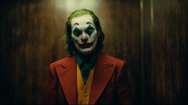 The shirt dark green worn by Arthur Fleck / Joker (Joaquin Phoenix) in Joker