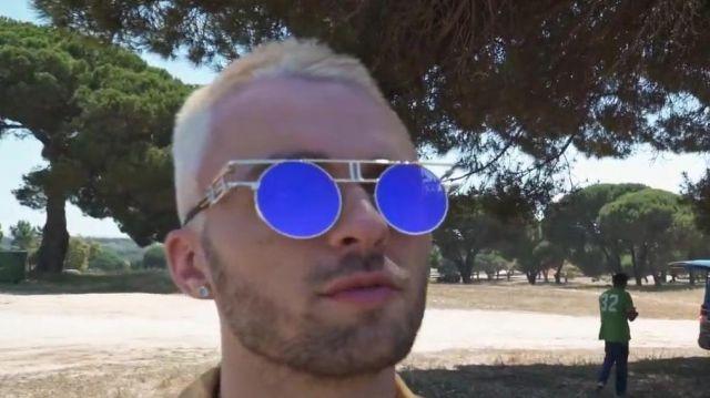 Les lunettes à verres ronds et bleus réfléchissants de Squeezie dans sa video YouTube Comment faire un clip de l'été ? (légèrement cliché)