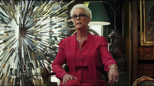 Gold colour necklace worn by Linda Robinson (Jamie Lee Curtis) in Knives Out