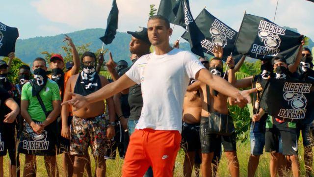 Le jogging Nike rouge de Sofiane dans le clip On n'était pas fou de Bakhaw