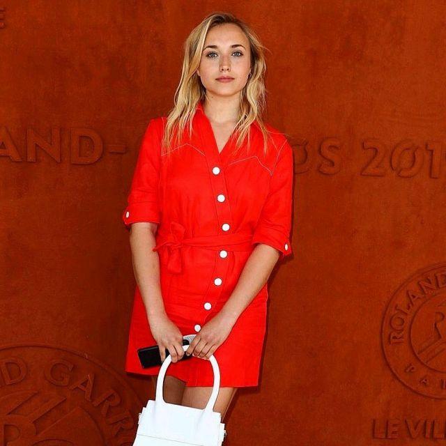 La Robe chemise rouge à boutons blanc portée par Chloé Jouannet à l'occasion de Roland Garros 2019