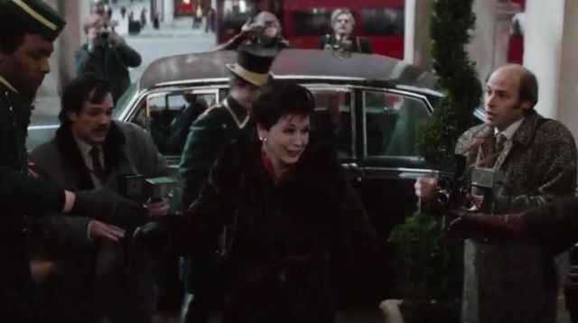The black coat of fur of Judy Garland (Renée Zellweger) in Judy