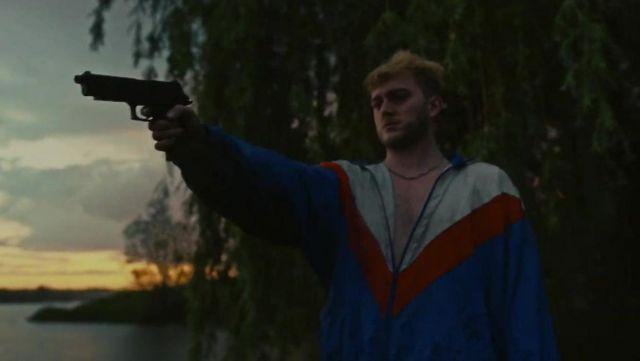 La veste à zip blanche rouge bleue portée par Vald dans le clip Bitch de Lefa