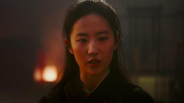 Long black kimono worn by Mulan (Yifei Liu) as seen in Mulan