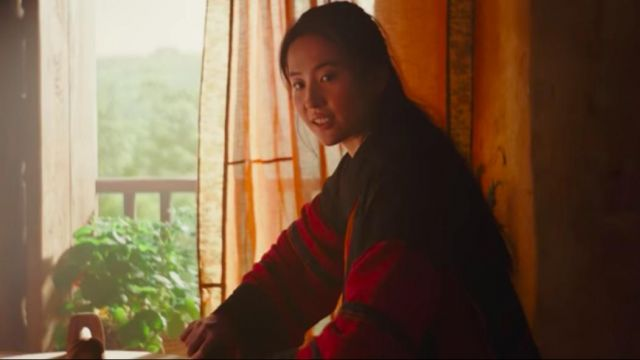 Black and red long kimono worn by Mulan (Yifei Liu) as seen in Mulan