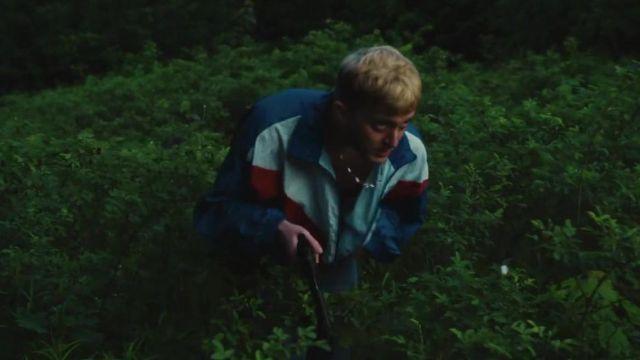 Le coupe-vent bleu blanc et rouge porté par Vald dans le clip Bitch de Lefa