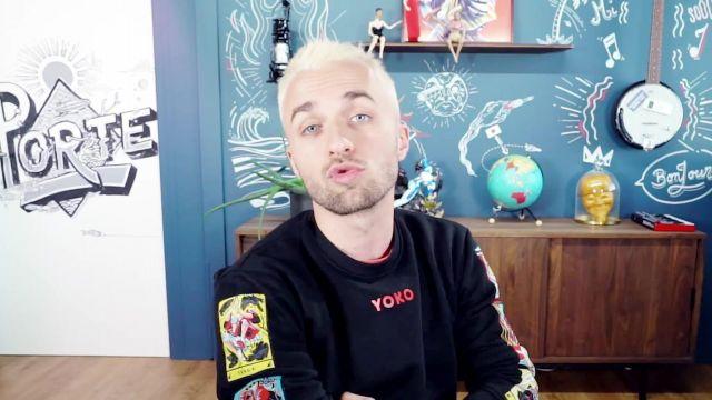 Le sweatshirt noir Yoko porté par Squeezie dans Réponse à vos questions (enfin pas toutes car y'en a vraiment beaucoup mais pas mal quand même)