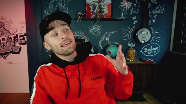 Le sweatshirt à capuche Yoko de Squeezie dans sa vidéo YouTube Une nouvelle histoire qui fait bien peur (courage)