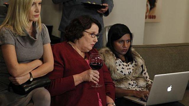 Apple Laptop of Kelly Kapoor (Mindy Kaling) in The Office (Season 07 Episode 08)