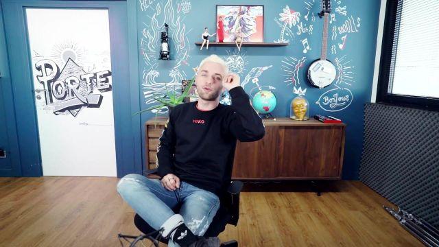 Les chaussettes Adidas de Squeezie dans la vidéo Réponse à vos questions (enfin pas toutes car y'en a vraiment beaucoup mais pas mal quand même)